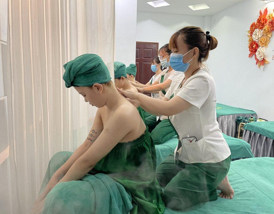 Masage cổ vai gáy giúp khách hàng giảm đau mỏi cơ vai