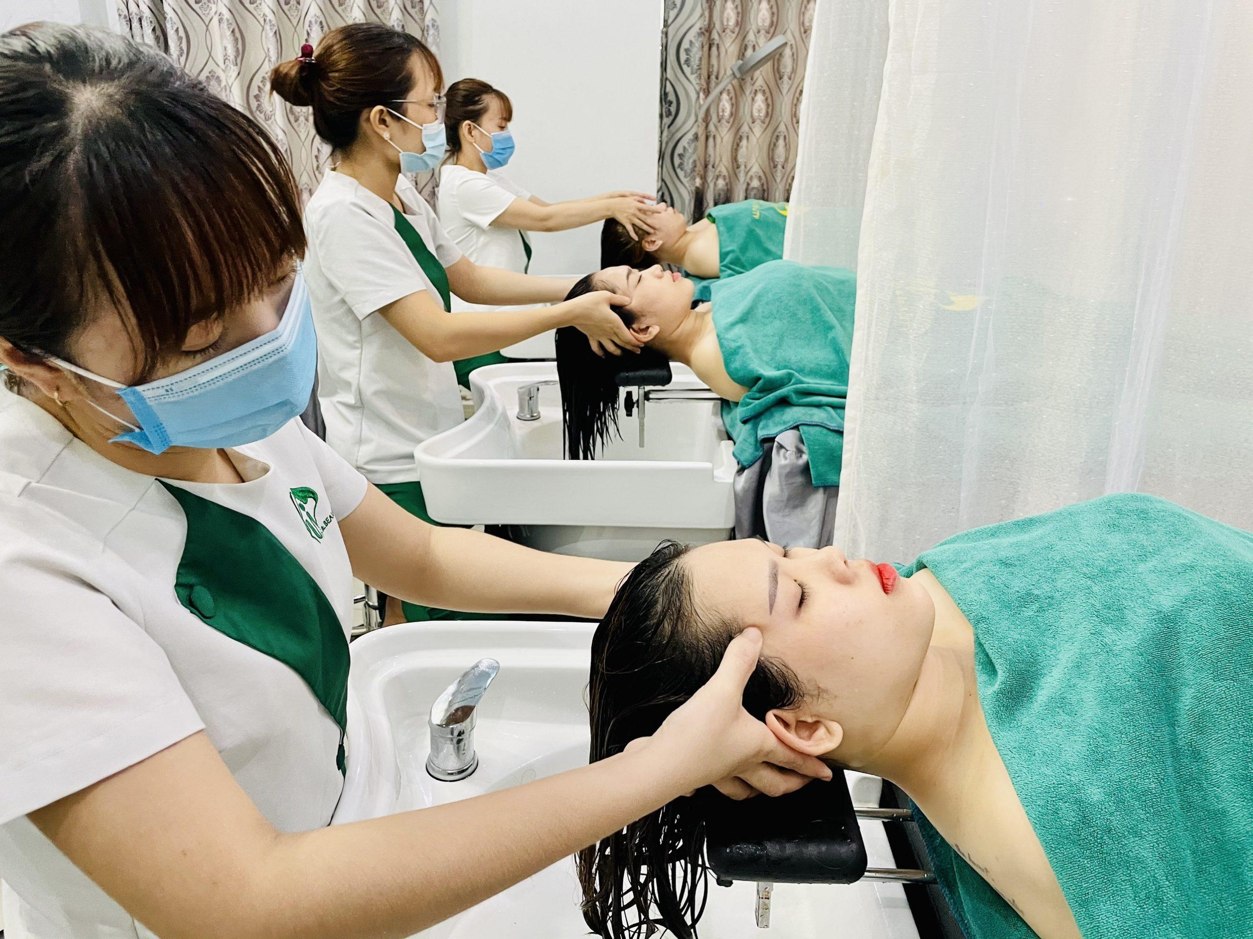 Massage trong khi gội đầu thảo mộc giảm đau hiệu quả